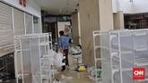 Warga Palu sendiri menolak jika mereka disebut melakukan penjarahan. Namun aksi tersebut terpaksa dilakukan untuk bertahan hidup setelah kota mereka diluluhlantakkan gempa. (CNN Indonesia/Adhi Wicaksono)