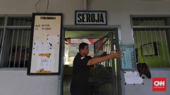 Kepala Lapas Palu, Adhi Yanriko memperlihatkan bagian dari tempat di bawah pengelolaan Ditjen PAS Kemenkumham yang rusak akibat gempa. (CNN Indonesia/Adhi Wicaksono)