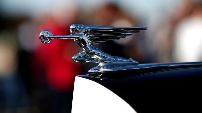 Tampilan dari lambang sebuah mobil klasik pada mobil Packard Eight Coupe Chauffeur dalam parade Place de la Concorde yang menjadi bagian dari Paris Motor Show ke-120. (REUTERS/Benoit Tessier)