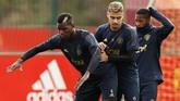 Paul Pogba berusaha menghibur diri dengan memeragakan tarian 'break-dance' selama latihan jelang laga Man United vs Valencia. (Reuters/Jason Cairnduff)