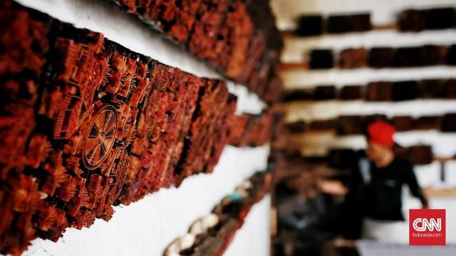 Alat Cetak dari kayu untuk motif Batik Betawi di sanggar Seraci dengan berbagai macam ukiran motif yang menjadi ciri khas batik Betawi. (CNN Indonesia/Andry Novelino)