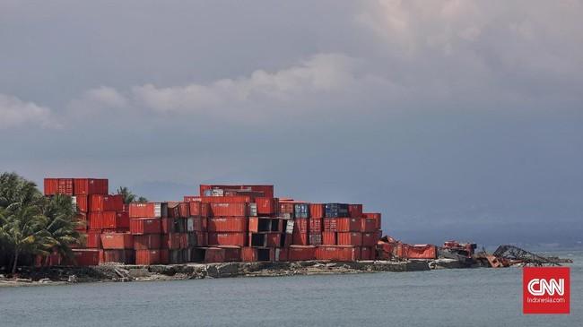 Tumpukan kontainer di pesisir kec benawa, Donggala, Sulawesi Tengah, yang diterjang tsunami pada 28 September 2018.(CNNIndonesia/Adhi Wicaksono)