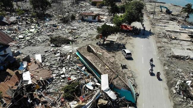 Pada H+5, pencarian dan penyelamatan korban terus dilakukan, dengan total lebih dari 6000 personil dikerahkan. Jalur-jalur yang semula tertutup pun kini bisa dilalui sehingga pasukan yang dikerahkan bisa semakin bertambah. (AFP PHOTO / JEWEL SAMAD)