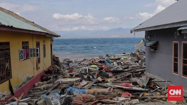 Sejumlah rumah warga hancur akibat terjangan tsunami di pesisir kec benawa, Donggala, Sulawesi Tengah, 3 Oktober 2018. Berdasarkan data BNPB per Rabu (3/10) siang jumlah korban meninggal di Donggala mencapai 153 orang. (CNNIndonesia/Adhi Wicaksono)