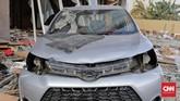 Para oknum memanfaatkan situasi bencana gempa Palu dengan mencuri komponen-komponen kendaraan yang ditinggal oleh pemiliknya di Palu, Sulawesi Tengah, Rabu, 3 Oktober 2018. (CNN Indonesia/Adhi Wicaksono)