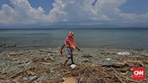 Seorang warga melintas di pesisir kecamatan benawa, Donggala, Sulawesi Tengah yang masih berantakan akibat terjangan gempa dan tsunami, 3 Oktober 2018.(CNNIndonesia/Adhi Wicaksono)