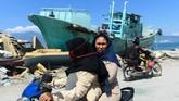 Masyarakat Palu sendiri kini berbondong-bondong meninggalkan daerahnya untuk mencari tempat yang lebih aman. TNI AU dan TNI AD menyediakan kapal dan pesawat gratis untuk mengangkut korban terdampak. (AFP PHOTO / JEWEL SAMAD)