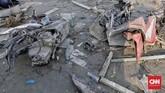 Salah satu saksi mata menyebutkan pada hari minggu banyak orang-orang yang mengambil barang-barang di daerah tersebut, mulai dari mencari bensin hingga akhirnya melucuti suku cadang kendaraan yang bisa dilepas. (CNN Indonesia/Adhi Wicaksono)
