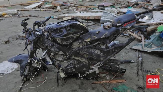 Sepeda motor yang ditinggal pemiliknya pun menjadi korban para penjarah di Palu, Sulawesi Tengah, Rabu, 3 Oktober 2018. (CNN Indonesia/Adhi Wicaksono)
