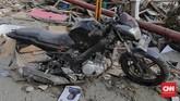 Sepeda motor korban bencana gempa dengan kondisi pelek bagian belakang hilang. (CNN Indonesia/Adhi Wicaksono)