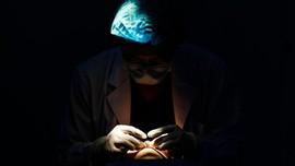 Tangis Karen Idol Pecah Saksikan Autopsi Jenazah Anaknya