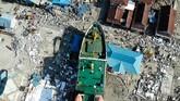 Lebih dari 1.400 orang dinyatakan tewas karena gempa dan tsunami yang menghantam Palu pada Jumat (28/9) petang itu dan menyebabkan belasan ribu orang lain mengungsi. (AFP PHOTO / JEWEL SAMAD)