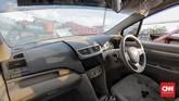 Para pelaku memaksa masuk ke interior mobil dengan memecahkan kaca. Sistem audio menjadi sasaran jarahan mereka di Palu, Sulawesi Tengah, Rabu, 3 Oktober 2018. (CNN Indonesia/Adhi Wicaksono)