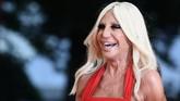 Namun Donatella Versace mengaku ketagihan operasi plastik hingga wajahnya kini nyaris tak dikenal seperti dahulu. Foto ini diambil pada 31 Agustus 2018. (AFP PHOTO / Filippo MONTEFORTE)