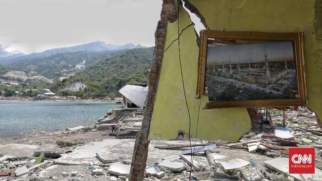 Desa Loli Pesuadi kabupaten Donggala luluh lantak akibat gempa dan tsunami pada akhir pekan lalu. Sebuah rumah di desa pesisir itu hancur akibat terjangan tsunami. (CNNIndonesia/Adhi Wicaksono)