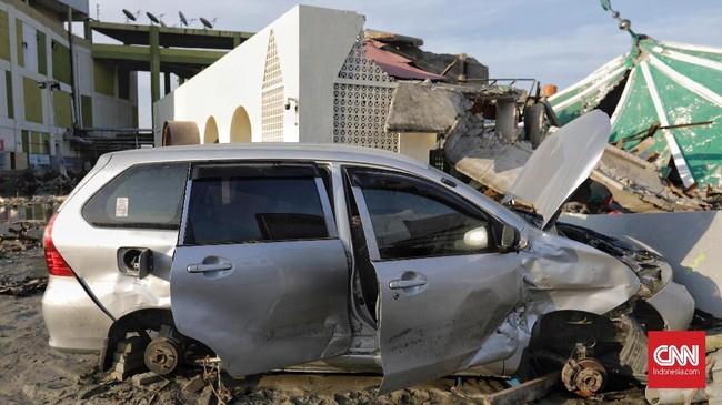 Tidak hanya bagian pelek, para penjarah juga menjarah bagian dari mesin mobil di Palu, Sulawesi Tengah, Rabu, 3 Oktober 2018. (CNN Indonesia/Adhi Wicaksono)