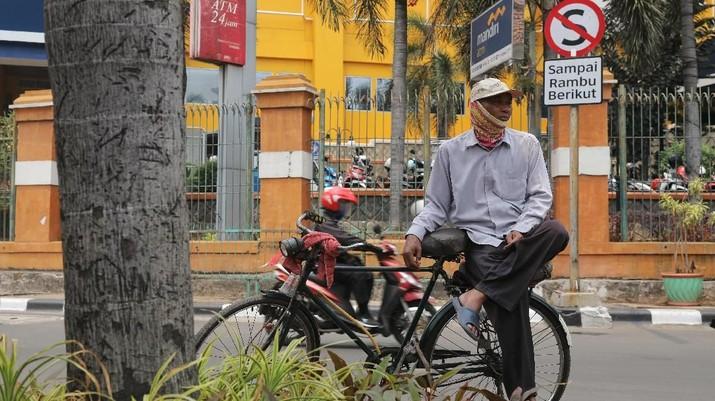 Di tengah era transportasi umum yang semakin maju para pengojek sepeda mengalami sepinya penumpang.