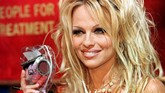 Foto ini diambil pada 12 Juni 1999. Pamela Anderson kala itu sudah dikenal berkat perannya di serial 'Baywatch'. (AFP PHOTO/John GURZINSKI)