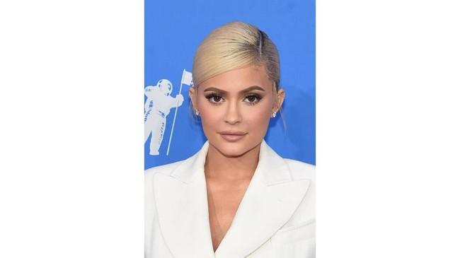 Sejumlah rumor beredar mengenai Kylie Jenner yang wajahnya kini amat berbeda dibanding dahulu kala. Ia menyangkal pernah operasi plastik, ia mengaku hanya melakukan suntik filler di bibir. (Jamie McCarthy/Getty Images/AFP)