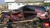 Sejumlah spare part seperti pelek, ban, bumper, lampu yang menjadi bagian dari kendaraan dicuri para pelaku di Palu, Sulawesi Tengah, Rabu, 3 Oktober 2018. (CNN Indonesia/Adhi Wicaksono)