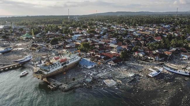 Kapal Sabuk Nusantara 39 bukan satu-satunya kapal yang terhempas ke darat. Gelombang tsunami setinggi tiga meter membuat pesisir Pantai Talise, Palu, porak poranda, dan membawa beberapa kapal menerobos di antara rumah-rumah. (ANTARA FOTO/Muhammad Adimaja)
