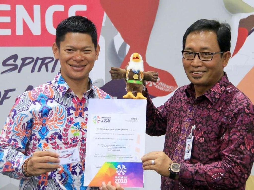 Direktur kelembagaan Bank BRI sis Apik Wijayanto (kanan) bersama Ketua Umum Indonesian Asian Para Games Committee (Inapgoc) Raja Sapta Oktohari (kiri) menunjukkan Boneka Momo yang menjadi icon Asian Para Games 2018. Foto: dok. BRI