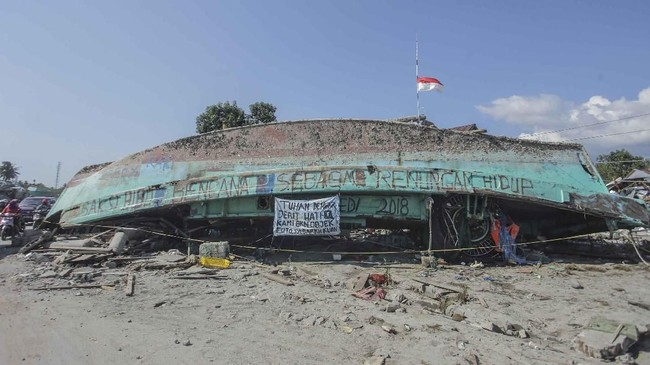 Proses evakuasi dan pembenahan kota Palu sendiri sempat terkendala minimnya alat berat. Bukan hanya kapal dan mobil, puing-puing bangunan yang runtuh pun belum bisa diangkat seluruhnya. (ANTARA FOTO/Muhammad Adimaja)