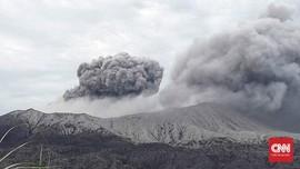 Gunung Dukono Sembur Abu Vulkanik 800 Meter, Bandara Lumpuh