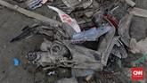 Sepeda motor ini dibiarkan pelaku dalam kondisi pelek hilang. Mereka mencari komponen yang masih bisa digunakan. (CNN Indonesia/Adhi Wicaksono)