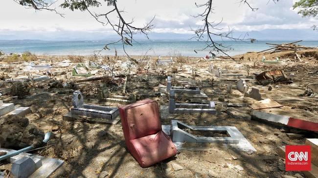 Sampah laut dan perabotan rumah tangga menumpuk disalah satu pemakaman akibat terbawa terjangan tsunami di Desa Loli Dondo, Donggala, Sulawesi Tengah, 3 Oktober 2018. (CNNIndonesia/Adhi Wicaksono)