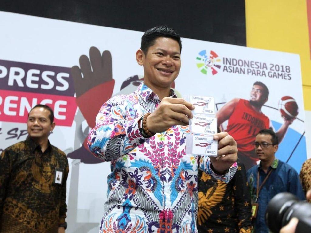 Pada kesempatan itu juga kartu BRIZZI edisi spesial Asian Para Games dari Bank BRI resmi diluncurkan. Raja Sapta Oktohari menunjukan kartu tersebut. Foto: dok. BRI