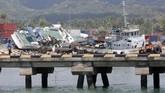 Dua kapal terdampar ke dermaga di kawasan pelabuhan Pantoloan, Palu. Setelah rusak karena gempa, Pelabuhan Pantoloan mulai difungsikan kembali untuk mengangkut pengungsi dan distribusi bantuan bencana. (ANTARA FOTO/Irwansyah Putra)