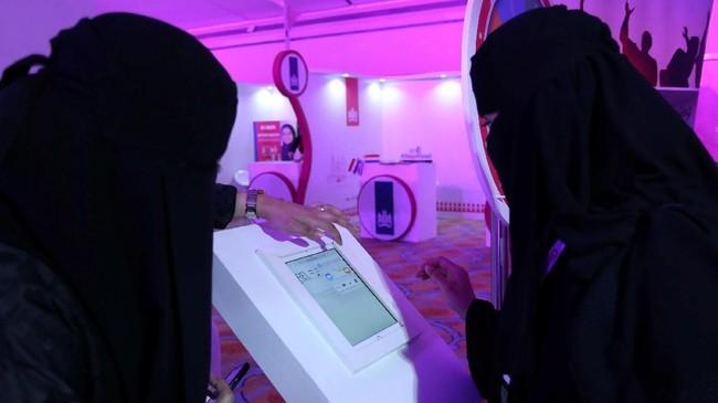 Pemerintah juga menyediakan pembelajaran daring yang disebut Doroob bagi para perempuan ini.(REUTERS/Faisal Al Nasser)