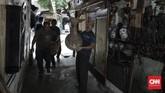 Asep, salah satupenjual di Pasar Antik Jalan Surabaya,berjalan sembari membawa patung dagangannya untuk dibersihkan.Di tokonya,ia hanya menjual patung. Kebanyakan koleksinya terbuat dari kayu hingga porselen dengan kisaran harga mulai dari Rp2 juta hingga Rp50 juta. (CNN Indonesia/ Hesti Rika).