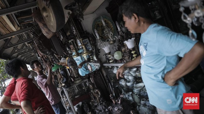 Para pedagang di Pasar Antik Jalan Surabaya mengakupuncak kejayaan penjualan barang antik pada 1970 silam. (CNN Indonesia/ Hesti Rika).