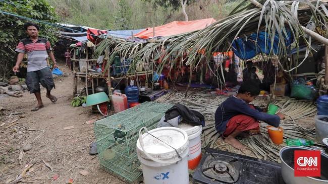 Di pengungsian, warga terus bertahan meski masih minim bantuan. Salah satu logistik yang sangat dibutuhkan yakni makanan bayi dan obat-obatan. (CNN Indonesia/Adhi Wicaksono)