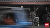 Jalan Surabaya yang terletak di kawasan elit Menteng terkenaldengan pasar barang antiknya. Pasar ini telah ada sejak puluhan tahun lalu dan melewati pasang-surut penjualan koleksi lawasnya. (CNN Indonesia/ Hesti Rika).