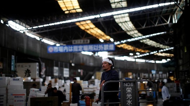 Jarak dari Pasar Tsukiji ke Toyosu sekitar 2,3 kilometer. Tergolong tidak jauh, namun sangat berat bagi sebagain besar orang yang sudah terlancur cinta dengan Tsukiji.