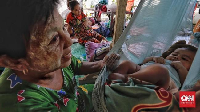 Warga Desa Wani 1 dan Wani Lumbu Petigo mengungsi di perbukitan Gunung Sigiba, Donggala, Sulawesi Tengah usai gempa dan tsunami pada pekan lalu. (CNN Indonesia/Adhi Wicaksono).
