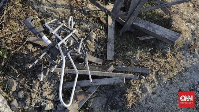 Luas wilayah yang 'ditelan bumi' di wilayahPetobomencapai 180 hektare dari total 1.040 hektare. Kondisi permukaan air tanah yang dangkal membuat kekuatan lapisan tanah pasir hilang dan seolah mencair. (CNN Indonesia/Adhi Wicaksono)