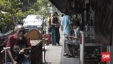 Pada waktu-waktu tertentu, penjualan barang antik meningkat, seperti bulan lalu saat penyelengaraan Asian Games. Hal ini dikarenakan banjirnya turis yang datang dan berbelanja di Pasar Antik Jalan Surabaya. (CNN Indonesia/ Hesti Rika).