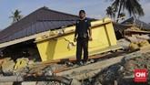 Adhi Sumardin (33) juga selamat. Dia tidak berada di rumah ketika gempa. Saat pulang menuju arahrumah ia bertemu tetangganya yangmenyebutPetobo hancur. (CNN Indonesia/Adhi Wicaksono)