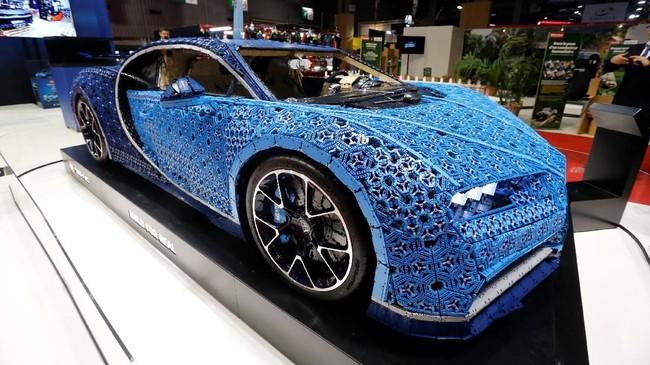 Bugatti Chiron terbuat dari Lego Technic. Penampilannya mirip mobil aslinya saat tampil di Paris Motor Show 2018 digelar pada 4-14 Oktober di Paris Expo Porte de Versailles. (REUTERS/Regis Duvignau)