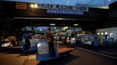 Wisatawan bisa melihat aktivitas pelelangan ikan tuna secara langsung, bahkan menyantap beragam jenis ikan yang ada di Pasar Tsukiji.