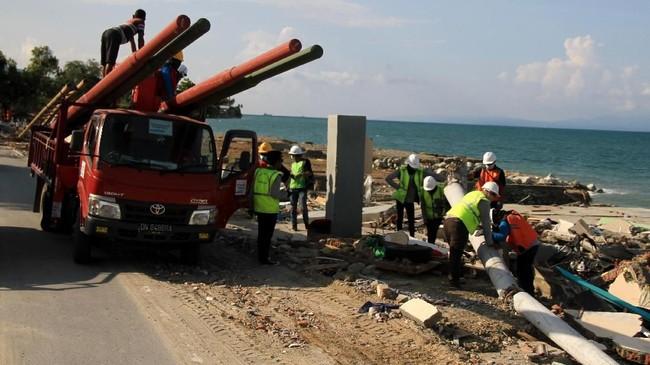PLN sebelumnya juga telah mengirimkan 30 genset, 12 crane dan 636 tim gabungan untuk mempermudah dan mempercepat perbaikan listrik di Donggala dan Palu. (ANTARA FOTO/Akbar Tado/ama/18.).
