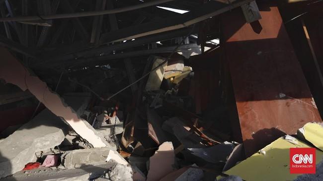 Lima orang di rumah Adhi selamat. Istri dan anaknya lari keluar rumah menyelamatkan diri ke arah Terminal Petobo. (CNN Indonesia/Adhi Wicaksono)