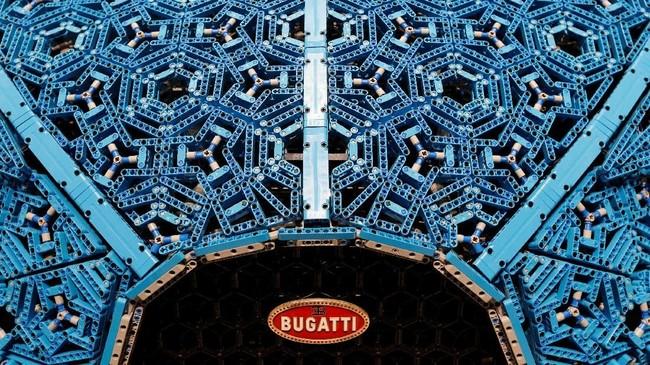 Replika mobil sport Bugatti Chiron memiliki berat totalnya sekitar 1.500 kilogram. (REUTERS/Regis Duvignau)