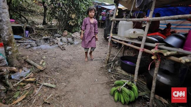 Warga juga memanfaatkan buah-buahan yang terdapat di sekitar perbukitan untuk makan sehari-hari. (CNN Indonesia/Adhi Wicaksono)