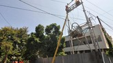 PLNterusmelakukan perbaikan jaringan kelistrikan guna memenuhi kebutuhan listrik masyarakat yang menjadi korban gempa dan tsunami. (ANTARA FOTO/Mohamad Hamzah/foc/18).