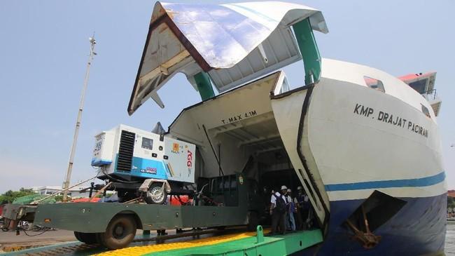 PT Perusahaan Listrik Negara (PLN) Perserosudah menerbangkan 10 genset tambahan berkapasitas total 50 KVA untuk membantu penerangan ke wilayah terdampak gempa dan tsunami di Donggala dan Palu. ( ANTARA FOTO/Didik Suhartono/ama/18.).